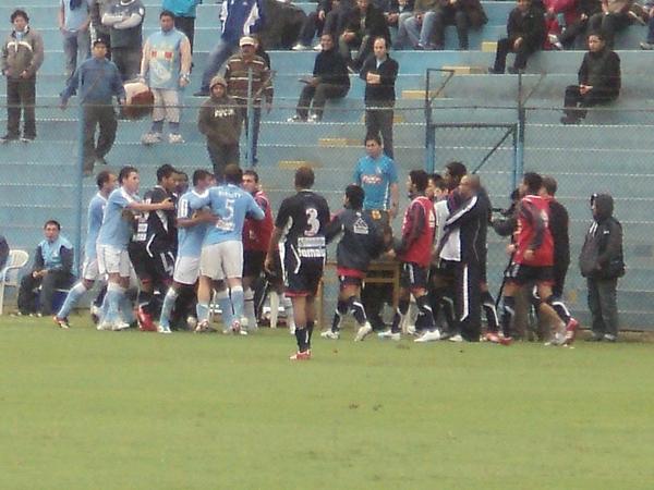 LA BRONCA. Frezzotti y Magallanes tuvieron un altercado sobre el final del cotejo. (Foto: Aldo Ramírez / DeChalaca.com)