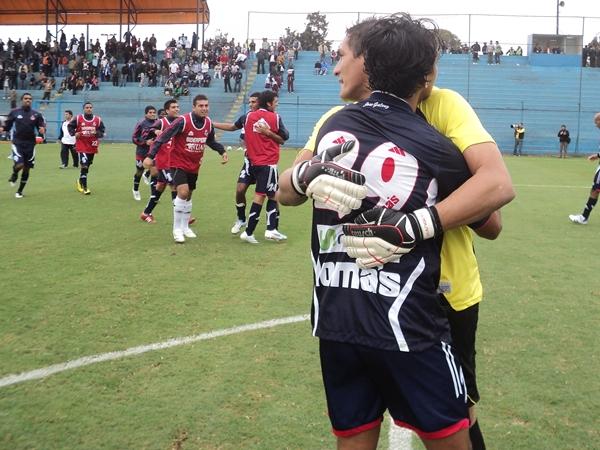 LA CELEBRACIÓN. Los jugadores del José Gálvez celebraron eufóricos su clasificación a la final del torneo intermedio. En la foto se aprecia cómo Hernández es abrazado por Garcete. (Foto: Aldo Ramírez / DeChalaca.com)