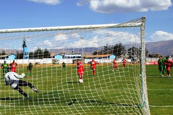 EL GOLEADOR. Ávila fue el goleador en los encuentros de vuelta por las semifinales del torneo intermedio. El 'Cholito' ejecutó de gran manera los tres penales que tuvo. (Foto: Diario Primicia de Huancayo)