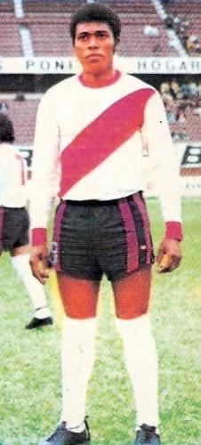 Con la franja roja puneña José Leyva ganó renombre y un espacio en el recuerdo por todos sus goles (Cromo: álbum Descentralizado 1974 - editorial Navarrete)