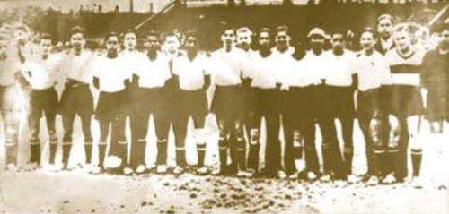 Fotografía del primer equipo de Iqueño en 1935. El antepenúltimo de los parados, de izquierda a derecha, es nada menos que el recordado animador televisivo Augusto Ferrando. (Foto: facebook.com)