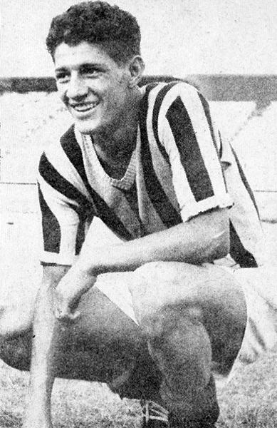 Miguelito Loayza en sus primeros años, con la camiseta del Ciclista, cuando recién se hacía de un nombre en el fútbol peruano (Recorte: revista Ovación)