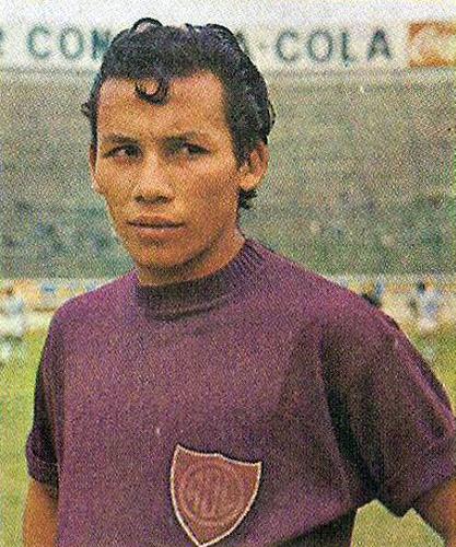 La mirada fija de 'Puchito' Oliva, tal como cuando tenía el balón al frente, ese con el que hizo maravillas con la camiseta de Defensor Lima (Cromo: álbum Ídolos, Importadores Peruanos)