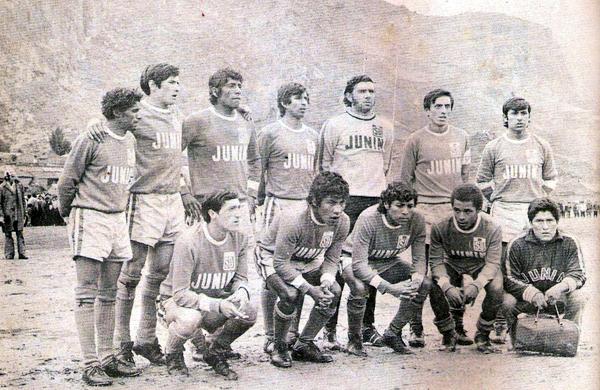 Un equipo del Deportivo Junín en 1973, cuando aún militaba en la Copa Perú (Recorte: revista Ovación)