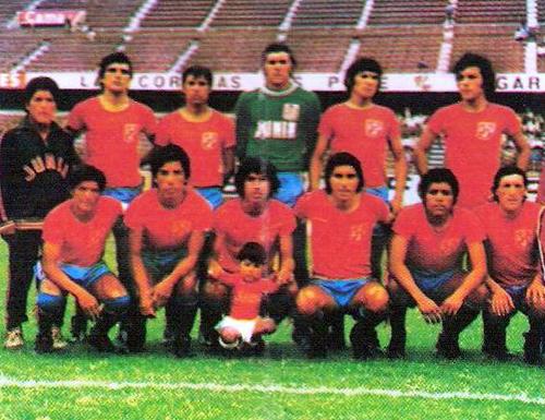 Ya en Primera División el Junín lució unas llamativas camisetas rojas en 1974 (Cromo: Editorial Navarrete)