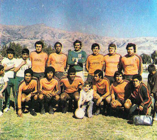 Deportivo Junín con su tradicional camiseta naranja en la década de los setenta (Cromo: Editorial Navarrete)