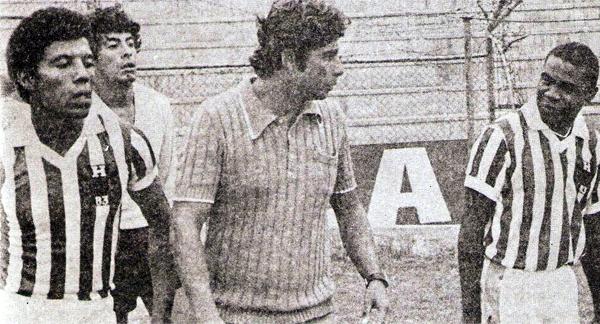 En 1983 Roberto Chale engrosó la lista de los técnicos que alguna vez dirigieron al equipo cuando su nombre pasó a ser Huancayo FC y el diseño de su uniforme cambió (Recorte: revista Ovación)