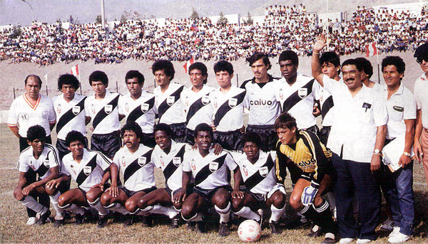 Equipo de La Joya-Iqueño que en 1987 contó con el ilustre Marcos Calderón como técnico (Recorte: revista El Gráfico Perú)