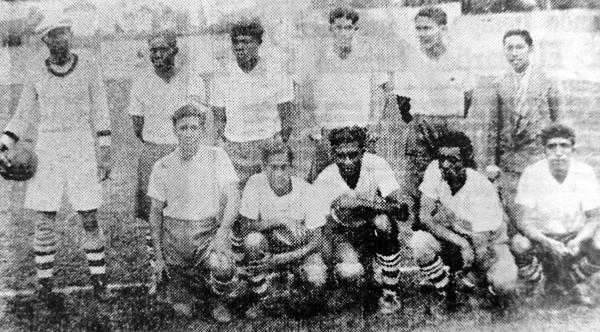 Primer equipo del Sucre FBC en 1933, el año de su debut en la máxima categoría (Recorte: diario La Crónica)
