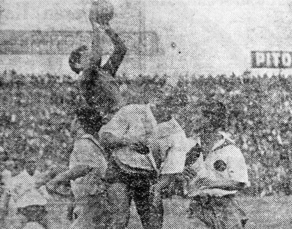 Julio Aparicio carga sobre el meta Mario Sacco durante el partido entre el Sucre y Municipal por el campeonato de 1944 (Recorte: diario La Crónica)