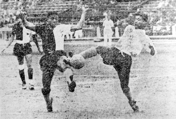 Homero Donayre y Jesús Villalobos se enfrentan por el balón durante un choque entre Centro Iqueño y Sucre en su campaña de 1950 (Recorte: diario La Crónica)
