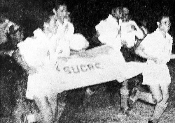 Sucre da la vuelta olímpica en 1953. (Recorte: diario La Crónica)