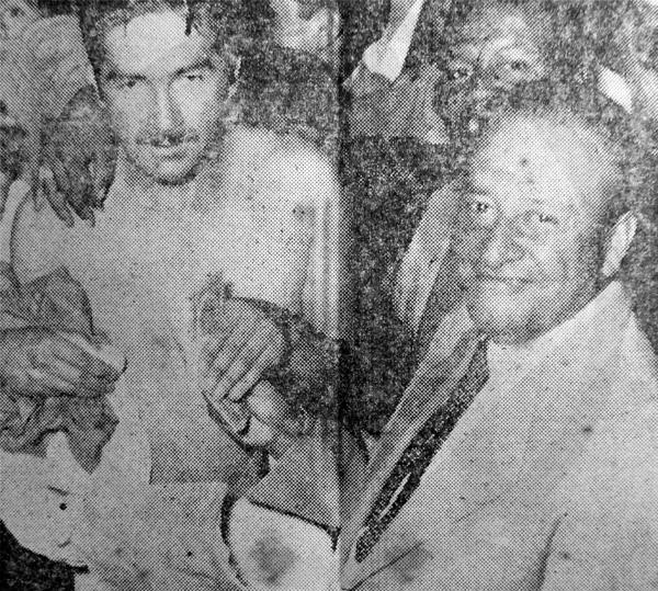 Billete en mano para premiar a sus jugadores, el presidente del Sucre, Carlos Cárdenas, siempre salía al frente para atender las necesidades del equipo (Recorte: diario La Crónica)