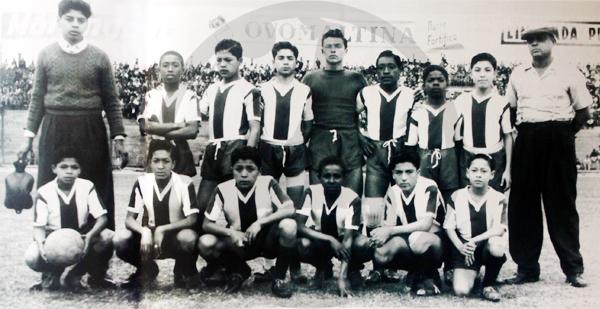 El 'Cholo' Rafael Castillo flanquea por izquierda a un equipo infantil de Alianza Lima junto a su padre -a la derecha- Rafael Castillo Ortega (Recorte: Libro de Oro de Alianza Lima / El Comercio)