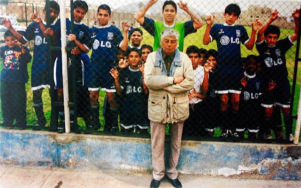 La imagen que siempre se recuerda de Rafael Castllo, junto a las categorías infantiles de Alianza Lima en busca de nuevos talentos (Recorte: Libro de Oro de Alianza Lima / El Comercio)