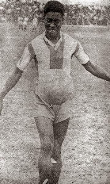 Con el balón, ese que supo manejar tan bien, Cornelio Heredia dejó una honda huella en la memoria aliancista (Recorte: revista Sport)