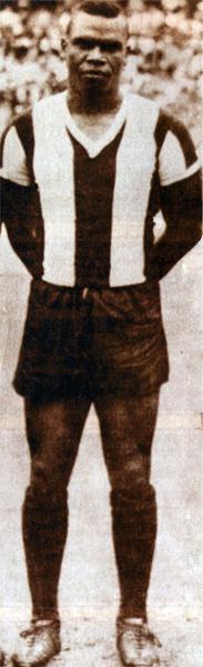 En la mejor época de su carrera, 'Perico' León fue un delantero cuyo nombre trascendió las fronteras (Recorte: revista Don Balón Perú)