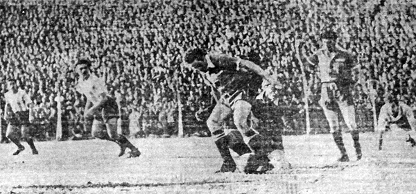 En un clásico ante Independiente se observa a 'Tito' Drago, el segundo desde la izquierda, observando atento una acción de ataque racinguista (Recorte: diario El Laborista)