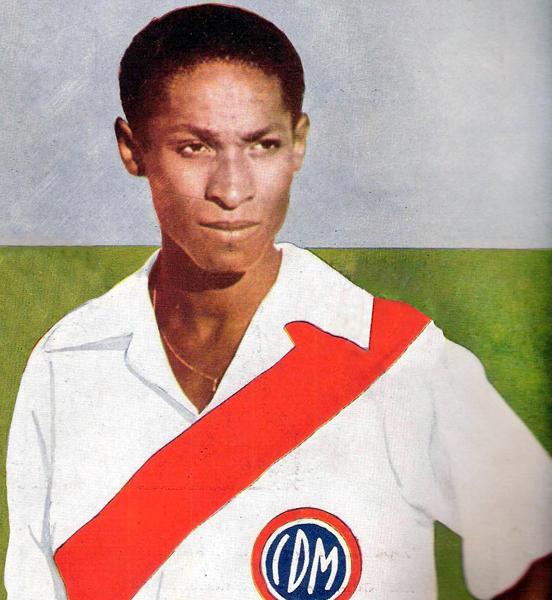 'Vides' Mosquera con la camiseta que más hizo brillar: la del Centro Deportivo Municipal. (Foto: revista Equipo)