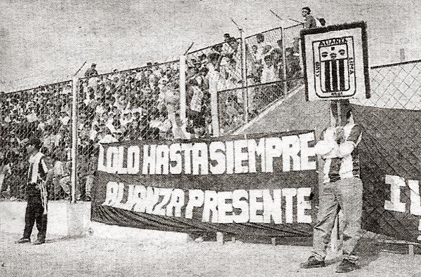 Su gran papel en la historia del fútbol peruano fue reconocido hasta por las barras rivales, tal como con la de Alianza con esta bandera poco después de fallecer 'Lolo' (Recorte: diario El Bocón)