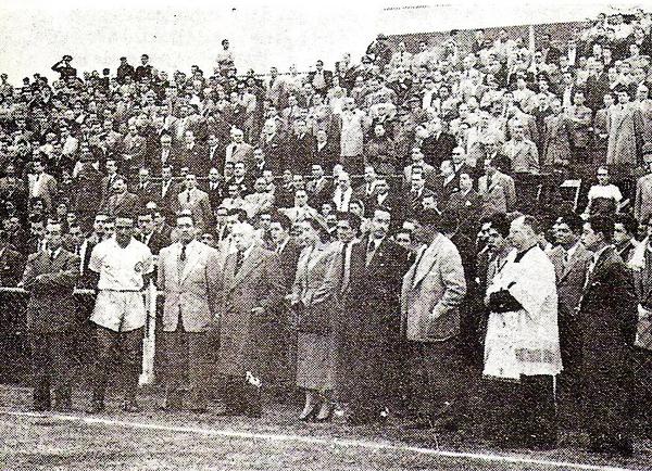 'Lolo' Fernández durante la inauguración oficial del estadio que lleva su nombre en Odriozola (Foto: Libro 'Lolo, ídolo eterno', Teodoro Salazar Canaval)