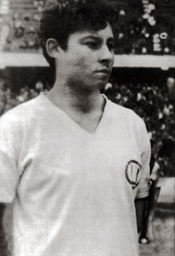 Las cualidades de Roberto Chale sobre el terreno de juego lo llevaron a ser uno de lo más eximios volantes del fútbol peruano de todos los tiempos (Recorte: revista Don Balón Perú)