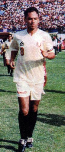 En sus mejores tiempos con Universitario, Roberto Martínez supo guiar a los cremas a conquistar títulos como su capitán (Recorte: revista Don Balón Perú)