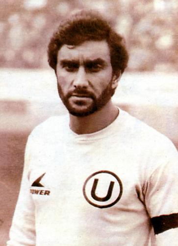 Uno de los mejores punteros izquierdos en la historia del fútbol peruano, ese fue Juan Carlos Oblitas que aquí aparece en una imagen con la camiseta crema cerca al final de su carrera (Recorte: revista Once)