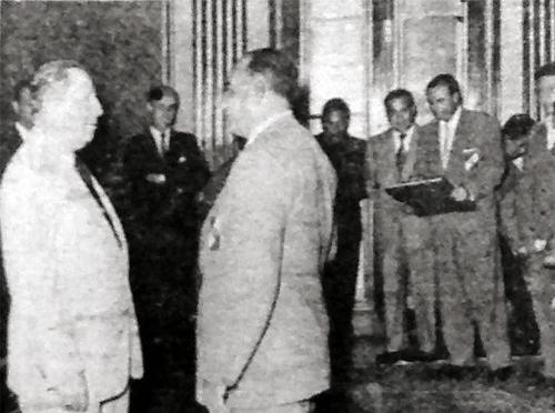 El entonces presidente del Perú, Manuel A.Odría, conversa con Francisco Sabroso en la recepción que se le hizo al plantel juvenil de la 'U' (Recorte: diario La Crónica)
