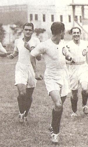 Alberto Soria sale al campo con camiseta de la 'U', en 1933. El 'Doctor' aparece a la izquierda, detrás de 'Lolo' Fernández, quien luce volteado. (Foto: libro 'Lolo, ídolo eterno', Teodoro Salazar Canaval)