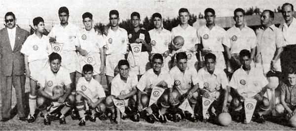 Equipo juvenil crema que en 1955 disputó con suceso un torneo amistoso en tierras argentinas, con Sabroso -el penúltimo a la derecha entre los parados- como técnico (Recorte: diario La Crónica)