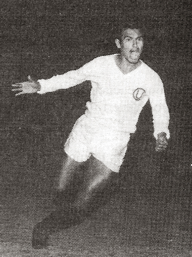 Un grito de gol que se repitió muchas veces con la camiseta crema: el grito de Ángel Uribe (Recorte: libro ¡... Y dale U!, Enrique Roel)