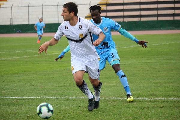 Labarthe cumplió una gran labor con su doblete. Aquí domina el balón ante Kambou. (Foto: Fabricio Escate / DeChalaca.com)