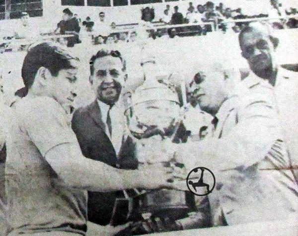 Alfonso Ugarte de Chiclín fue el primer campeón del fútbol macho. En esta escena, recibe el trofeo por el título de la Zona Norte A de parte del presidente de la FPF en la época, Gustavo Escudero. (Foto: diario El Comercio)