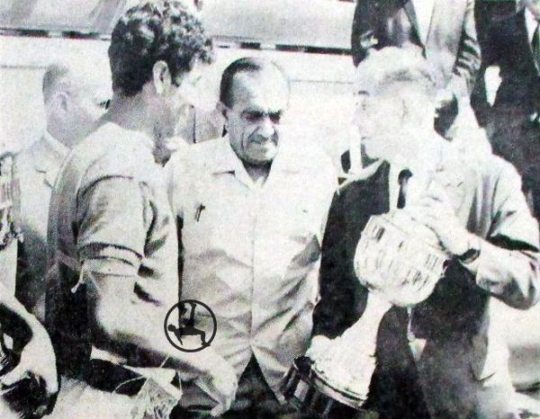 Trofeo entregado a Cienciano como campeón de la Zona Sureste de la Copa Perú 1967. Se aprecia al recordado periodista argentino Luis Garro, en representación del diario El Comercio. (Foto: diario El Comercio)