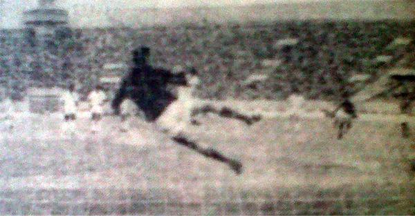 CNI plantó buena pelea a los de Chiclín. En la imagen se aprecia el penal convertido por Navarro, el segundo tanto de los loretanos (Recorte: diario La Crónica)