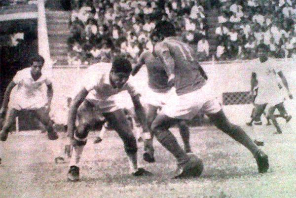 Uno de los mejores jugadores del equipo de Chiclín fue Quipuzco que aquí se apresta a encarar a Quijandría, jugador del Octavio Espinoza (Recorte: diario La Crónica)
