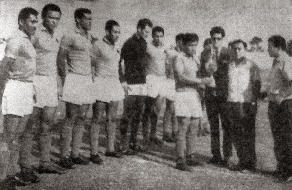 El plantel del Alfonso Ugarte de Chiclín estrenando un trofeo en su camino a la Finalísima de la Copa Perú como campeón regional (Recorte: diario La Crónica)