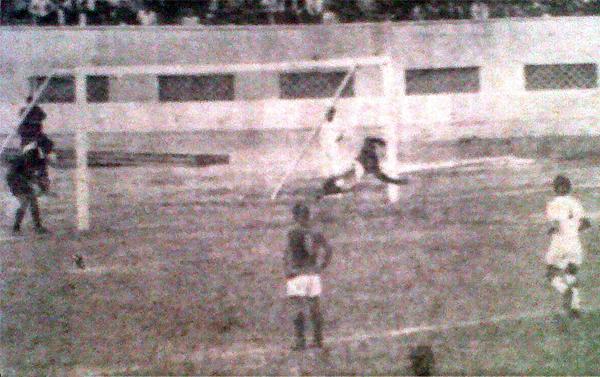Primer gol de Aurich a Ugarte de Chiclín en la Finalísima 1967. (Foto: diario La Crónica)