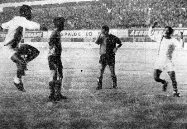 1968. Carlos Avalos ya batió al golero Martin, de Melgar, y le da a Mannucci su primera Copa Perú (Foto: diario La Crónica)