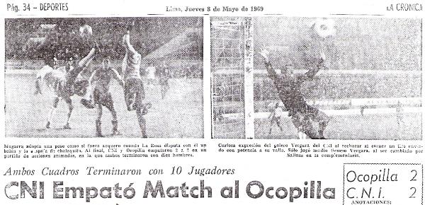 Imágenes del choque entre CNI y Ocopilla por la Finalísima de 1969, que acabara igualado a dos goles por bando (Recorte: diario La Crónica)