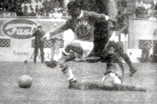 Un remate de Gordillo no hace daño en la defensa del San Lorenzo en el debut de Salesianos en la Finalísima de la Copa Perú (Recorte: diario La Crónica)