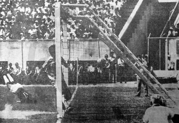 Félix Juárez quedó enterrado en el área luego de batir al arquero Dante Febres y darle el triunfo a Torino sobre Deportivo Garcilaso (Recorte: diario El Comercio)