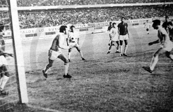 Ricardo Taboada, golero de Torino, controla el balón en una de las incursiones que realizó CNI en busca de evitar la derrota (Recorte: diario La Crónica)