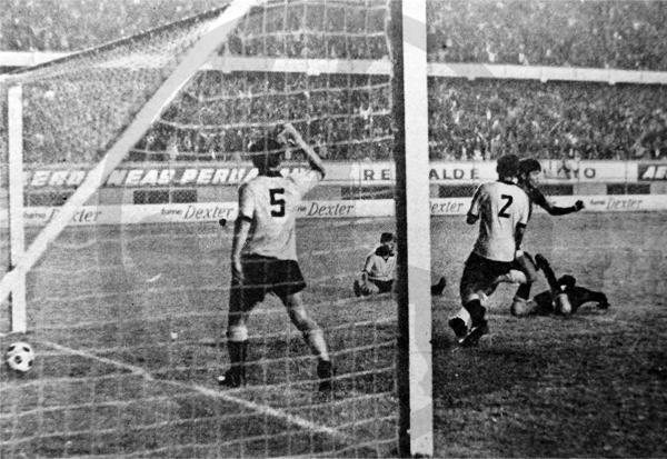La pelota dentro del arco señala el gol decisivo de Luis Ramírez que le dio la victoria a Torino sobre Unión Ocopilla (Recorte: diario La Crónica)