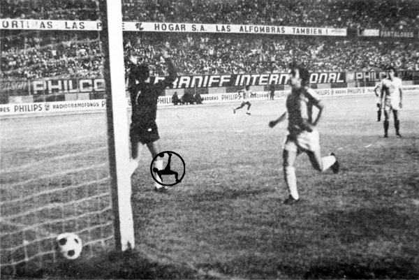 Inútil resultó la resistencia de León ante el remate de 'Meleque' Suárez en el segundo gol de Grau (Recorte: diario La Crónica)