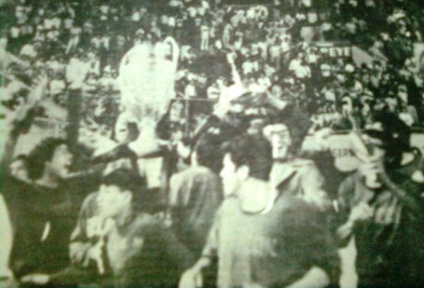 Al final todo fue color de rosa para Sportivo Huracán y se terminó consagrando campeón de la Copa Perú de 1973. En imágenes, la vuelta olímpica de rigor en la pista atlética del estadio Nacional (Recorte: diario El Pueblo de Arequipa)