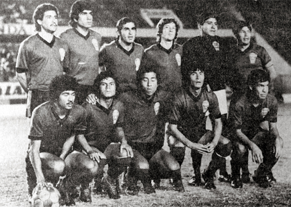Sportivo Huracán presentó este equipo ante los talareños y que luego se volvieron a enfrentar en un partido extra (Recorte: diario La Crónica)
