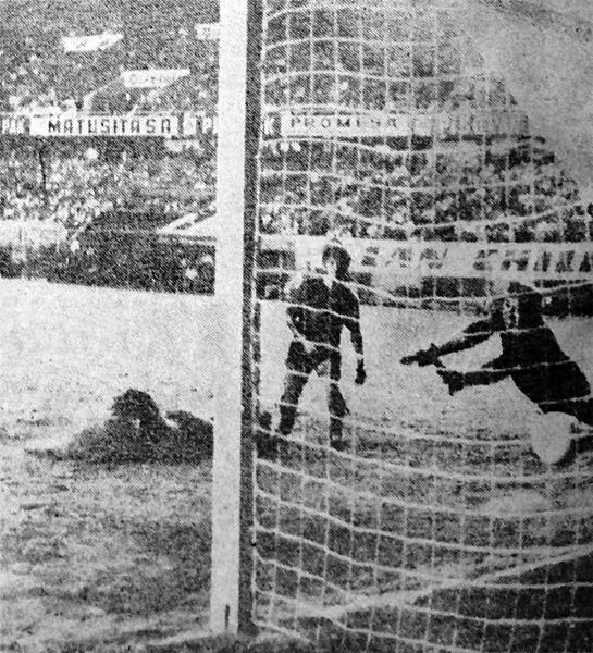 Mientras Jorge Zapata está en el césped y el portero Castillo en el aire, el balón va derecho hacia el arco de Sportivo Huracán que con este gol cayó por 2-1 ante Torino (Recorte: diario Extra)