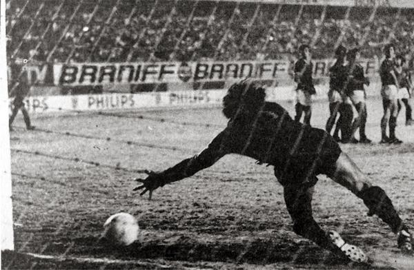 El gol de Arturo Neyra que abrió la cuenta para el 'Globito' en el partido decisivo (Recorte: diario La Crónica)